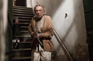 L'ultimo terrestre: Roberto Herlitzka imbraccia il fucile in una scena