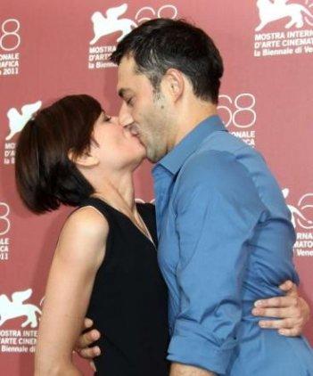 Un bacio tra Filippo Timi e Claudia Pandolfi, a Venezia 2011 con Quando la notte