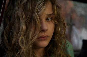 Texas Killing Fields: Chloe Moretz in una sequenza del film