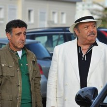 Il Commissario Zagaria e il suo fedele assistente De Simone in una scena d'azione