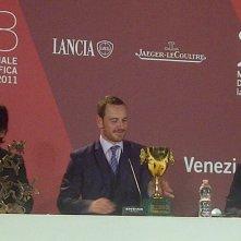 Venezia 2011: Michael Fassbender con la Coppa Volpi accanto a Darren Aronofski e Sion Sono