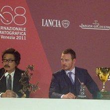 Venezia 2011: Michael Fassbender con la Coppa Volpi accanto a Sion Sono durante la conferenza stampa post-premiazione