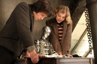 Asa Butterfield e Chloe Moretz in una scena di Hugo