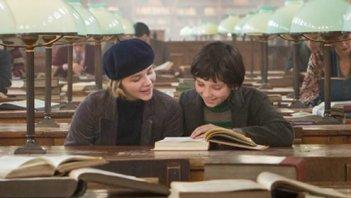 Asa Butterfield e Chloe Moretz una scena di Hugo ambientata in una biblioteca