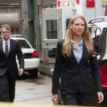 Fringe: Anna Torv e Seth Gabel nell'episodio Neither Here Nor There