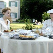 Sarah Gadon e Keira Knightley nel film A Dangerous Method