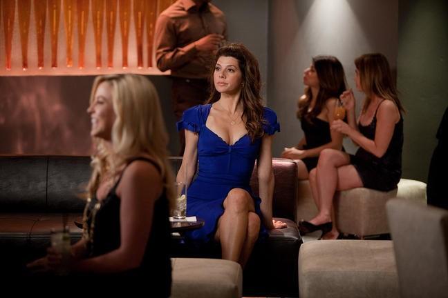 Crazy, Stupid, Love: Marisa Tomei (al centro) in una scena