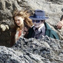 Johnny Depp e Bella Heathcote impegnati in una scena sul set di Dark Shadows