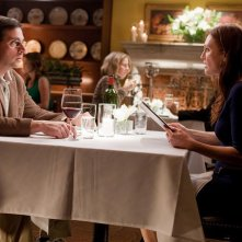 Julianne Moore a cena con Steve Carell in una scena di Crazy, Stupid, Love