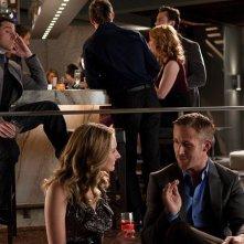 Steve Carell osserva Ryan Gosling in una scena di Crazy, Stupid Love