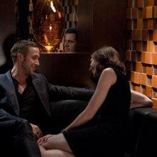 Steve Carell (seminascosto, sullo sfondo) e Ryan Gosling in una scena di Crazy, Stupid Love