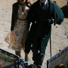 Un irriconoscibile Johnny Depp e Bella Heathcote sul set di Dark Shadows