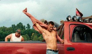 Alexander Skarsgard a torso nudo in Cani di paglia