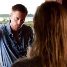 Alexander Skarsgard discute con la Bosworth in una scena di Cani di paglia