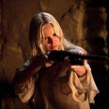 Cani di paglia: Kate Bosworth impugna il fucile in una sequenza