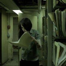 Episode 50: Natalie Wetta consulta documenti in una scena del film