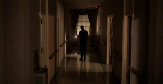 Episode 50: un'ombra si staglia in fondo ad un corridoio