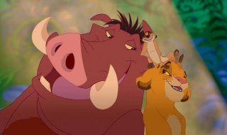 Il Re Leone: il piccolo Simba in una scena del film con Pumbaa