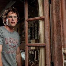 James Marsden affacciato alla finestra in Cani di paglia