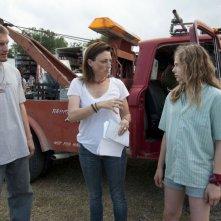 La regista Ami Canaan Mann dà indicazioni a Chloe Moretz sul set di Texas Killing Fields