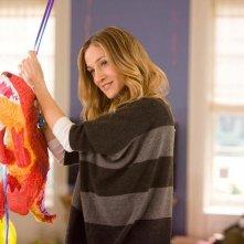 Sarah Jessica Parker in Ma come fa a far tutto? alle prese con una piñata