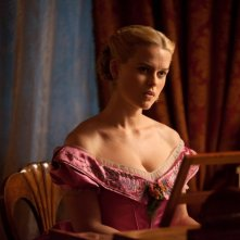 La bella inglese Alice Eve in costume in una scena di The Raven