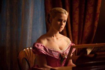 La bella inglese Alice Eve in costume in una scena di The Raven