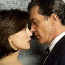 Antonio Banderas e Elena Anaya in una scena di La pelle che abito