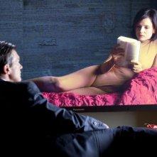 Elena Anaya in una scena di La Piel que Habito di fronte ad Antonio Banderas