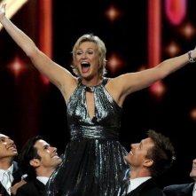 Jane Lynch alla fina dell'opener musicale degli Emmy 2011