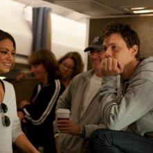 Mila Kunis con Will Gluck durante le riprese di Amici di letto