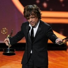 Peter Dinklage con l'Emmy vinto per il suo ruolo in Game of Thrones