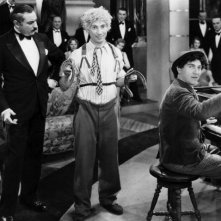 Harpo Marx, Louis Sorin e Chico Marx in una scena del film Animal Crackers