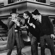 Harpo Marx, Louis Sorin e Chico Marx in una scena dell'esilarante Animal Crackers