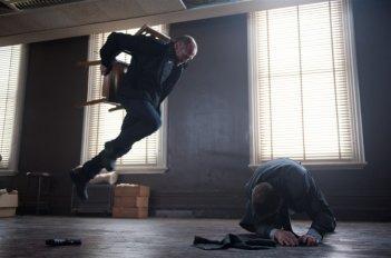 Jason Statham in una sequenza di Killer Elite con David Whiteley