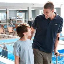 L'incredibile storia di Winter il delfino: Nathan Gamble in una scena con Austin Stowell