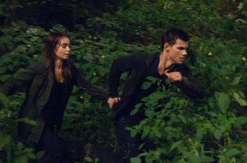 Taylor Lautner con Lily Collins in una scena di Abduction - riprenditi la tua vita