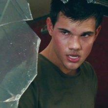 Taylor Lautner rabbioso in una scena di Abduction - Riprenditi la tua vita
