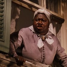 Hattie McDaniel interpreta Mamy in una scena di Via col vento (1939)