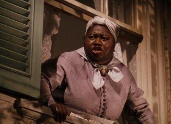 Hattie McDaniel interpreta Mamy in una scena di Via col vento (1939)