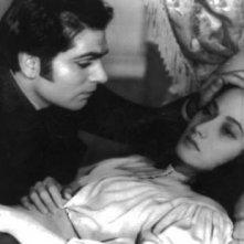 Laurence Olivier con Merle Oberon in una scena del film Cime tempestose