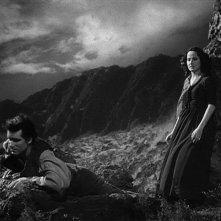Laurence Olivier con Merle Oberon in una scena del film romantico Cime tempestose (1939)