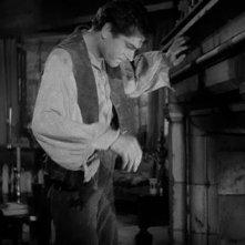 Laurence Olivier in una scena di Cime tempestose (1939)