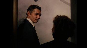 Vivien Leigh (di spalle) con Clark Gable in una celebre scena di Via col vento