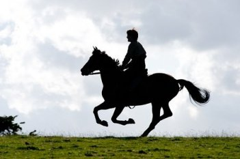 Jeremy Irvine cavalca Joey in una scena di War Horse