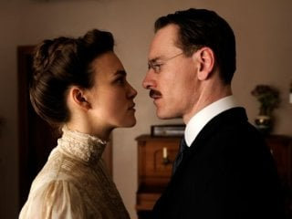 Keira Knightley di fronte a Michael Fassbender in A Dangerous Method