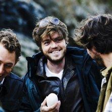 Tom Burke, JJ Feild e Adam Robertson in un momento corale di Third Star