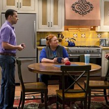 Due uomini e mezzo: Jon Cryer, Conchata Ferrell ed Ashton Kutcher nell'episodio People Who Love Peepholes