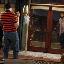 Due uomini e mezzo: Jon Cryer ed Ashton Kutcher in una scena dell'episodio Nice to Meet You, Walden Schmidt