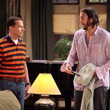 Due uomini e mezzo: Jon Cryer ed Ashton Kutcher nell'episodio Nice to Meet You, Walden Schmidt
